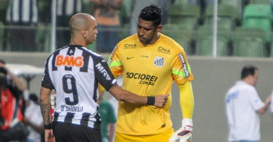 25 set 2014 - Diego Tardelli, que fez gols no jogo contra o santos, cumprimenta o goleiro Aranha, antes do início da partida