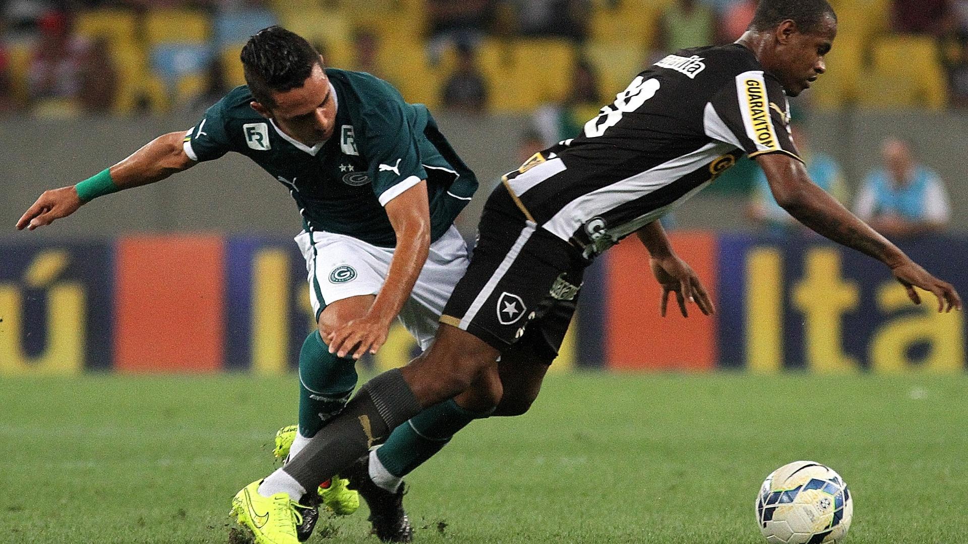 Airton, do Botafogo, sofre falta no duelo com o goiás no Maracanã