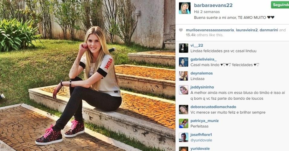 Bárbara Evans se prepara ir ao jogo do Corinthians. Com a camisa alvinegra, ela se declara à Guerrero.
