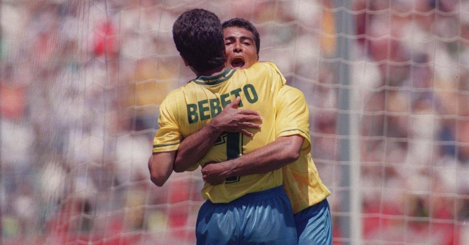 Bebeto e Romário se abraçam durante a Copa de 1994