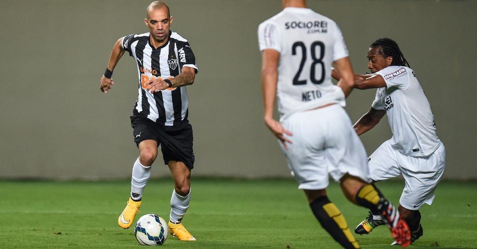 Diego Tardelli tenta ataque para o Atlético-MG contra o Santos