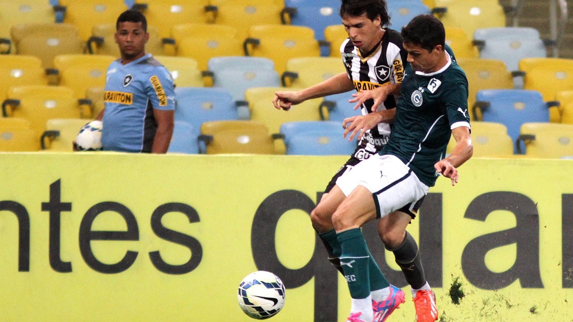 Jogadores de Botafogo e Goiás disputam a bola no duelo no Maracanã
