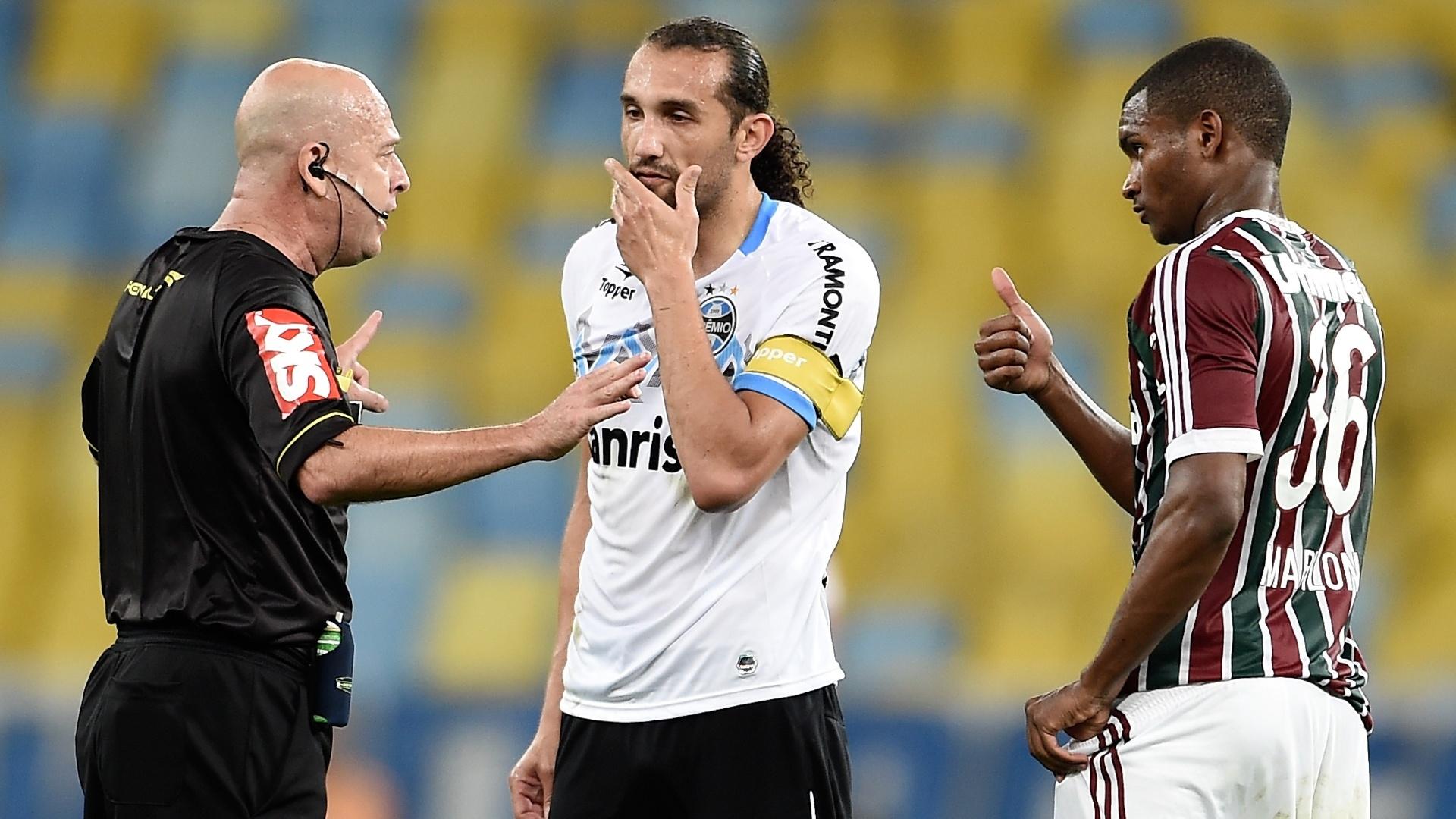 O árbitro Heber Roberto Lopes conversa com Barcos e Marlon no empate entre Grêmio e Fluminense