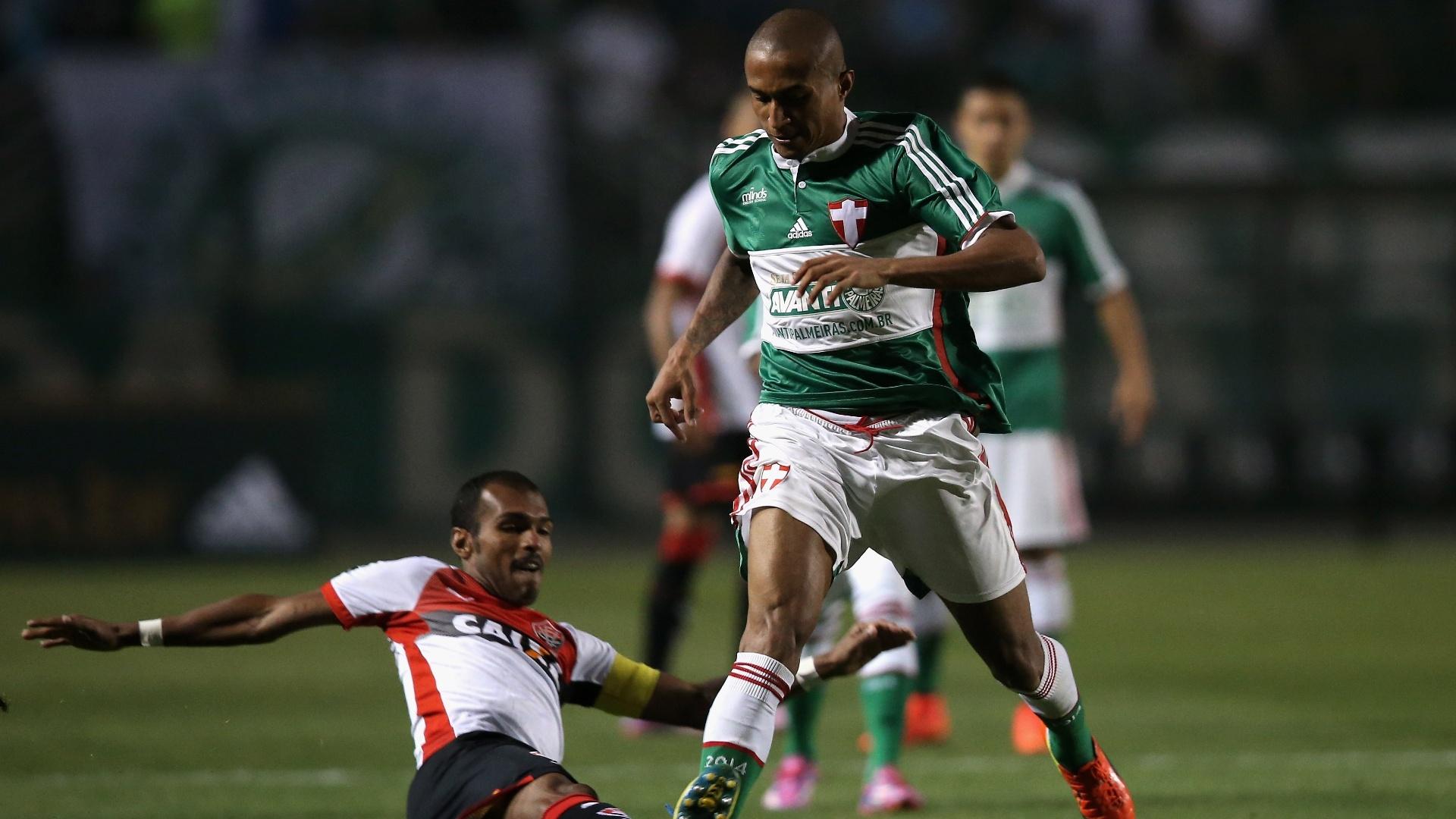 Richarlyson dá carrinho em Renato durante o jogo entre Vitória e Palmeiras
