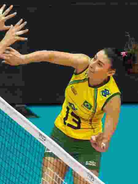 Sheila encara bloqueio canadense durante o Mundial de vôlei feminino - FIVB/Divulgação