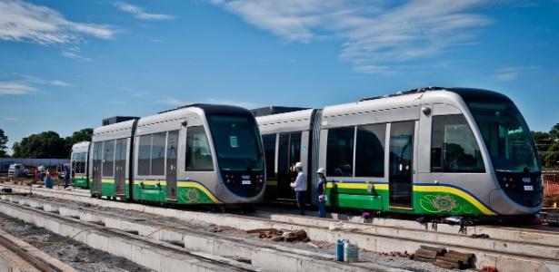 VLT de Cuiabá: trens perecem ao relento e seguem sem prazo para começar a rodar.