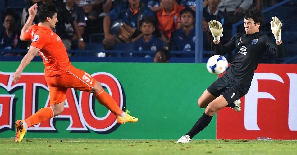 Aloísio tenta vencer goleiro na Liga Asiática