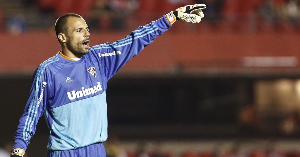 Diego Cavalieri, goleiro do Fluminense, orienta defesa no jogo contra o São Paulo