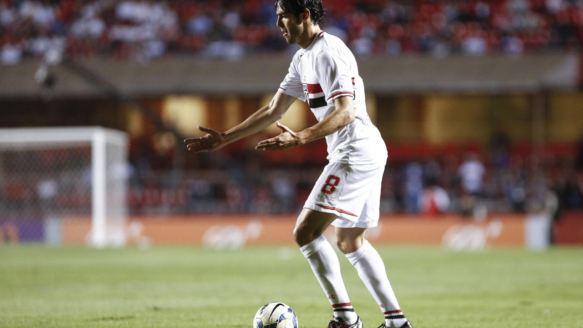 Kaká domina a bola e pede aproximação no jogo contra o Fluminense no Morumbi