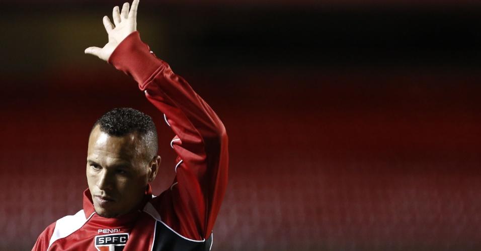 Reserva contra o Fluminense, Luis Fabiano acena para torcida do São Paulo no Morumbi