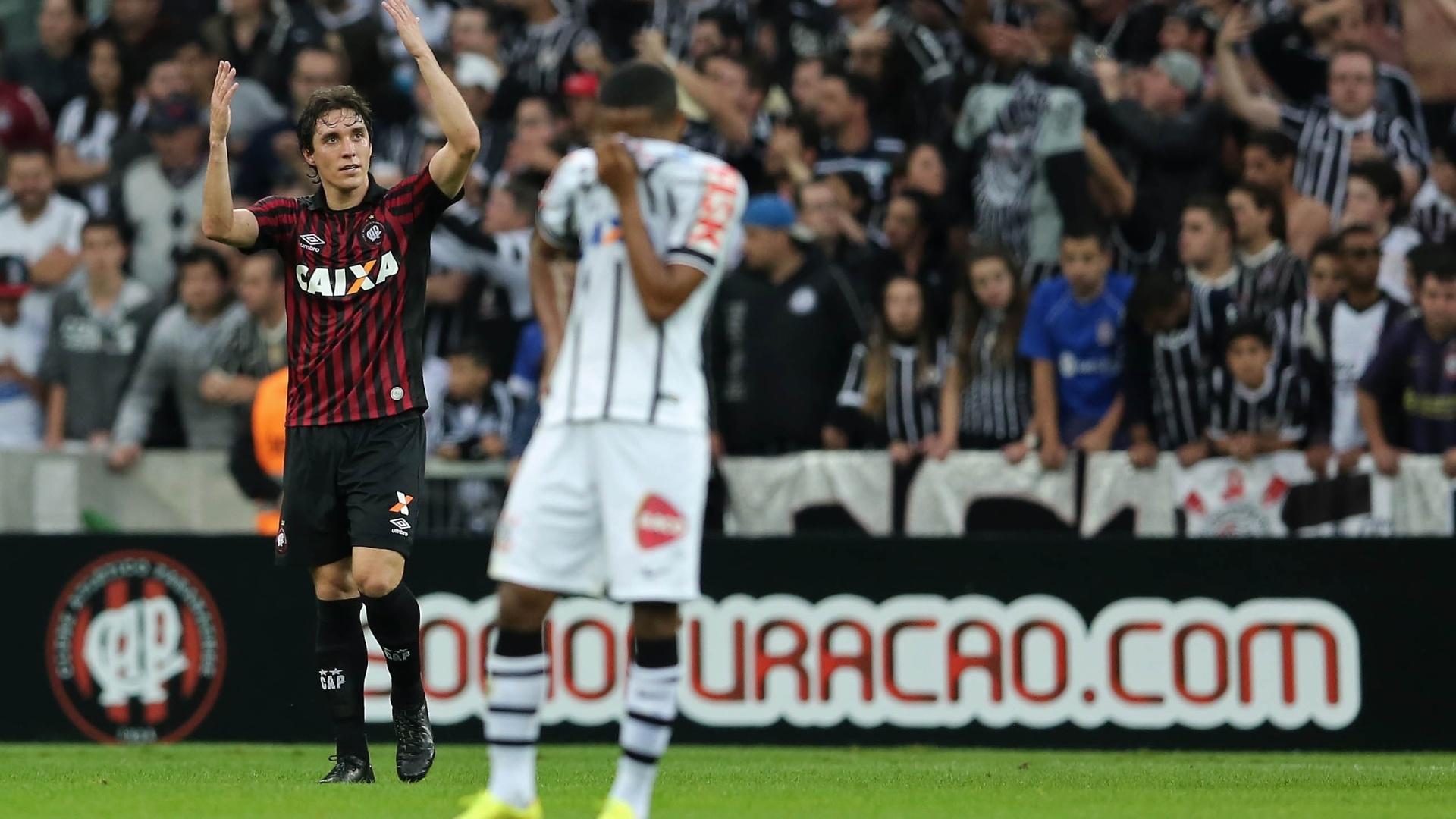 Cleo comemora gol de pênalti do Atlético-PR sobre o Corinthians pelo Brasileiro