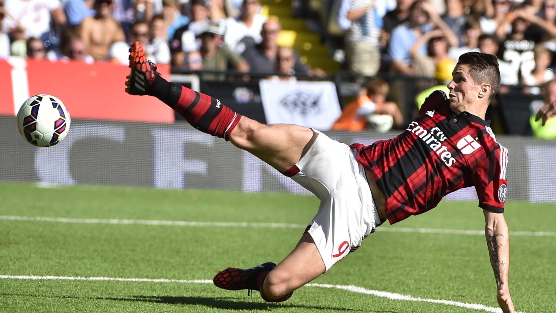 Fernando Torres, atacante do Milan, se estica para alcançar a bola no empate por 1 a 1 contra o Cesena, fora de casa