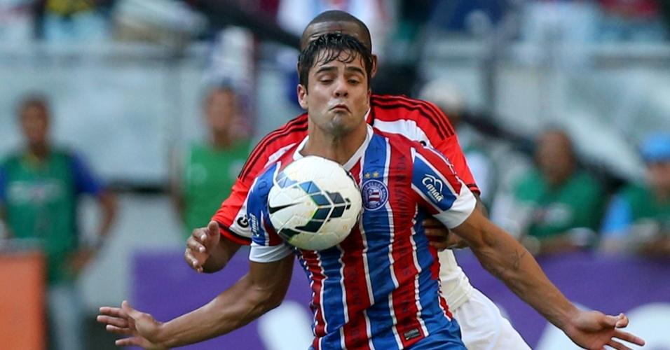 Henrique, atacante do Bahia, tenta domínio no peito durante jogo contra o Flamengo