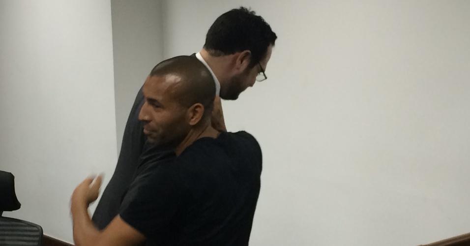 Emerso Sheik é cumprimentado pelo auditor Vinicius Sá após julgamento no STJD