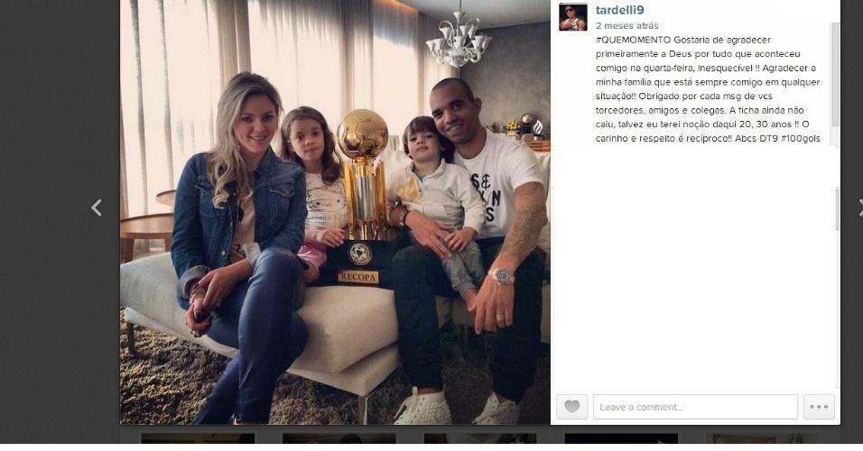 30 set 2014 - Tardelli posta foto com a taça da Recopa Sul-Americana, ao lado da mulher Linda Vanessa e dos filhos Pietra e Dieguinho