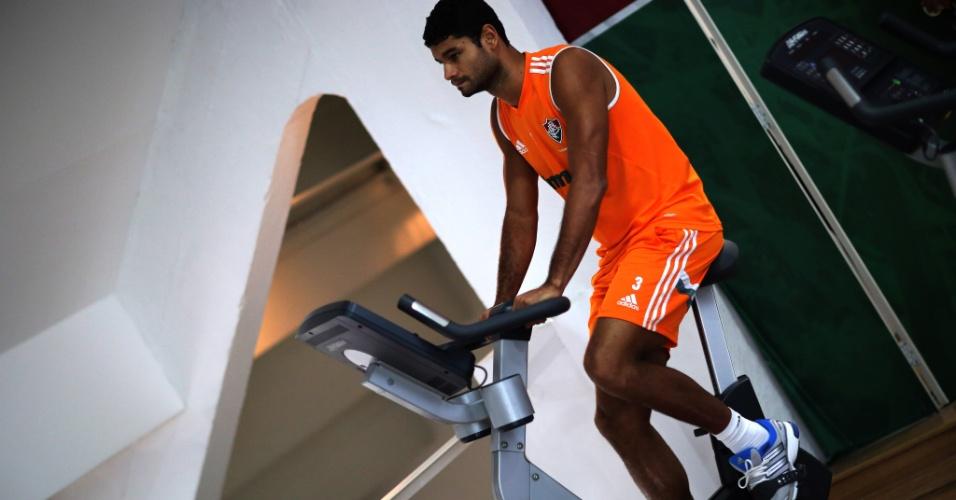 30.set.2014 - Em recuperação após cirurgia, o zagueiro Gum treina na academia do Fluminense