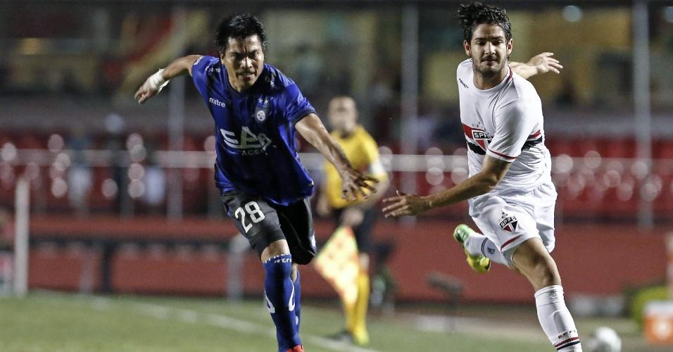 Alexandre Pato tenta arrancada contra marcação do Huachipato