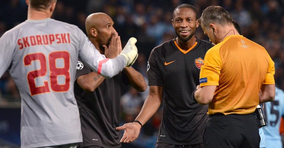 Brasileiro Maicon reclama com árbitro depois de fazer pênalti em Aguero no jogo da Roma contra o Manchester City