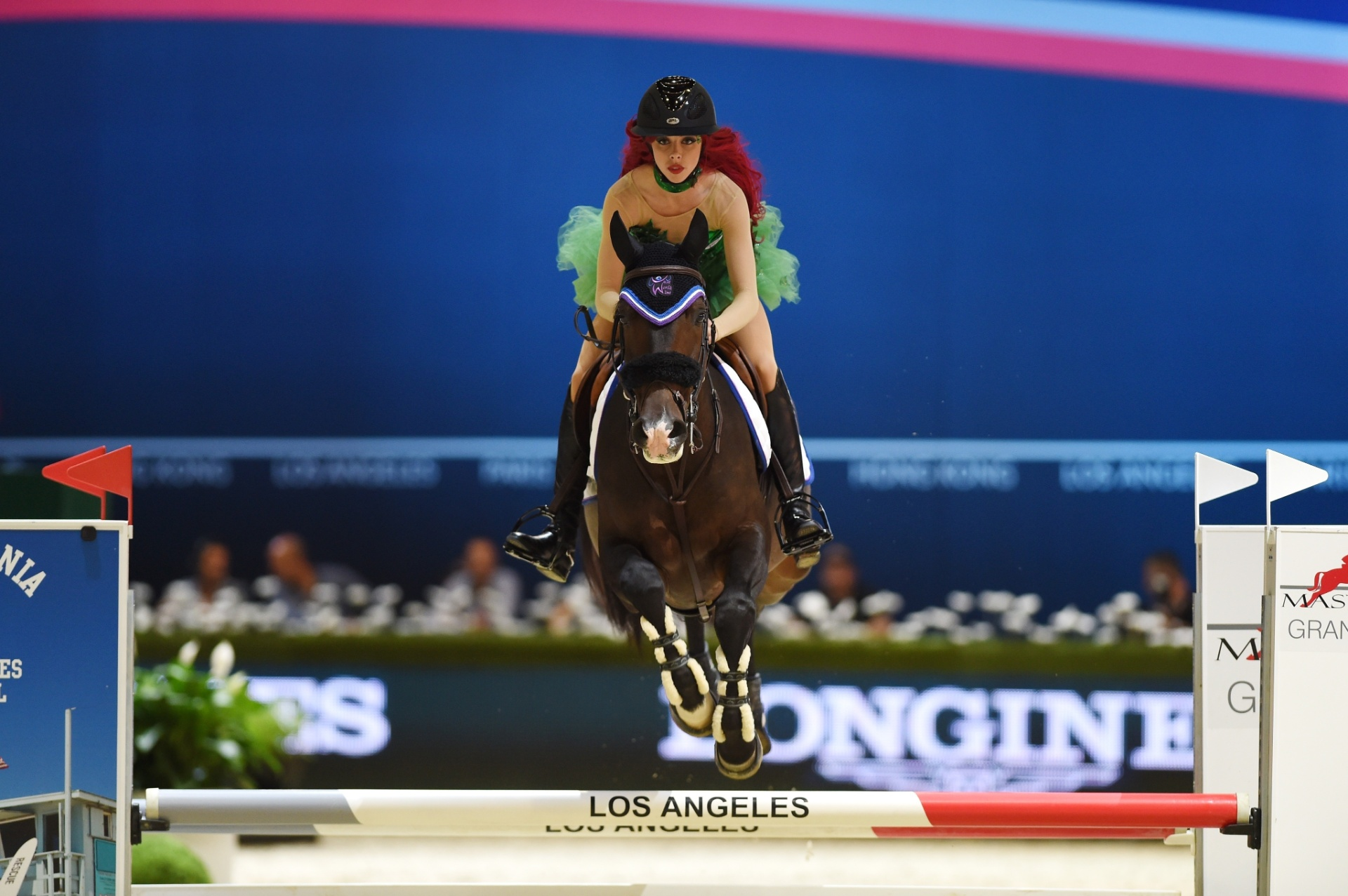 Hannah Selleck durante evento de caridade no Longines Los Angeles Masters