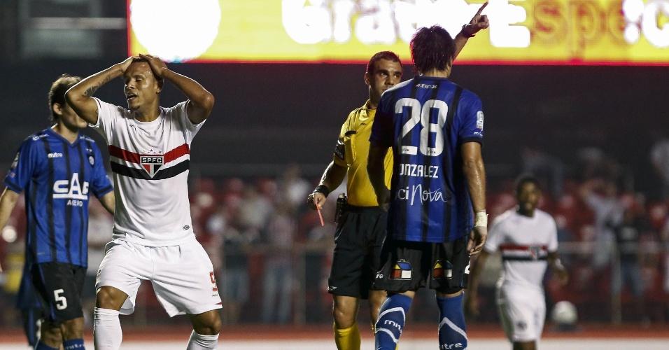 Luís Fabiano se desespera ao receber cartão vermelho contra o Huachipato