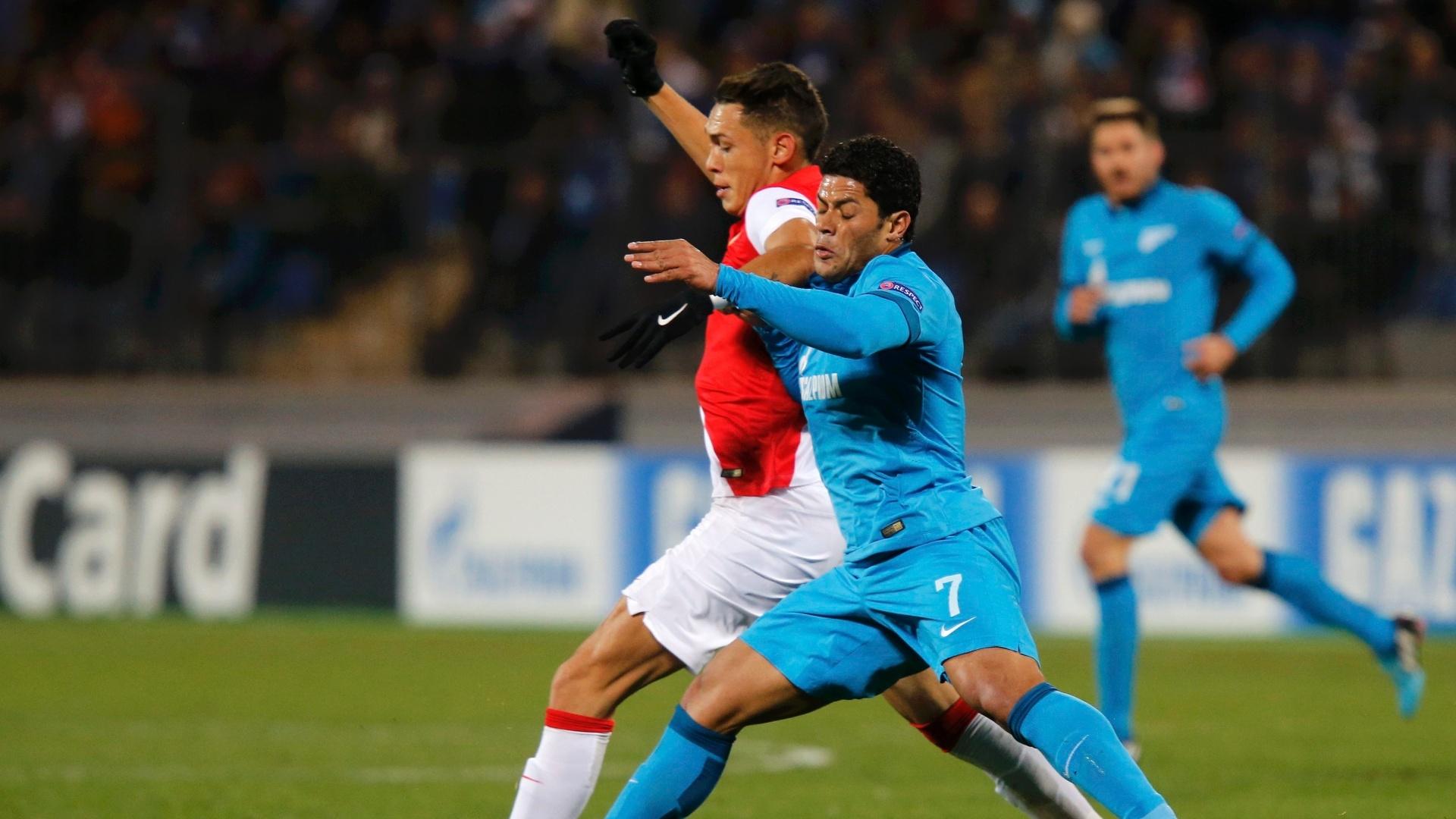 01.out.2014 - Brasileiro Hulk briga pela bola na partida entre Zenit e Monaco