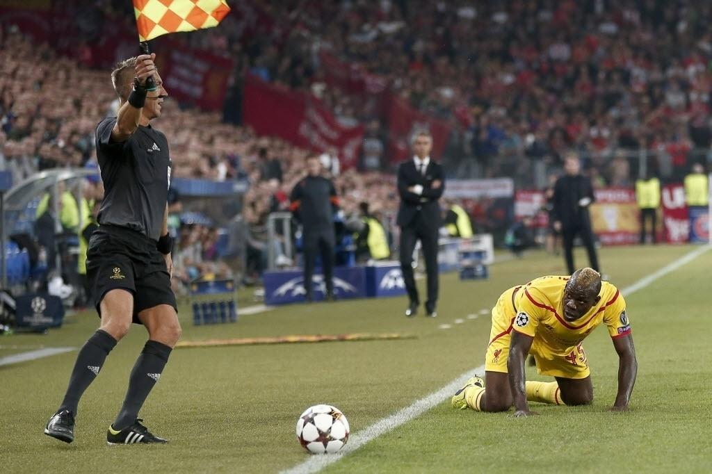 Balotelli (direita) em ação pelo Liverpool na Liga dos Campeões