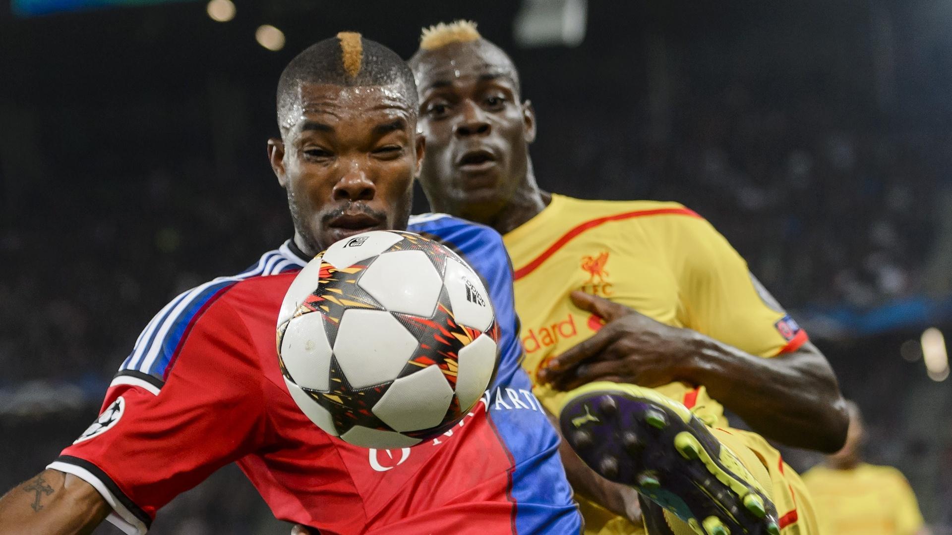 Die, do Basel, protege a bola de Balotelli, do Liverpool, durante jogo da Liga dos Campeões