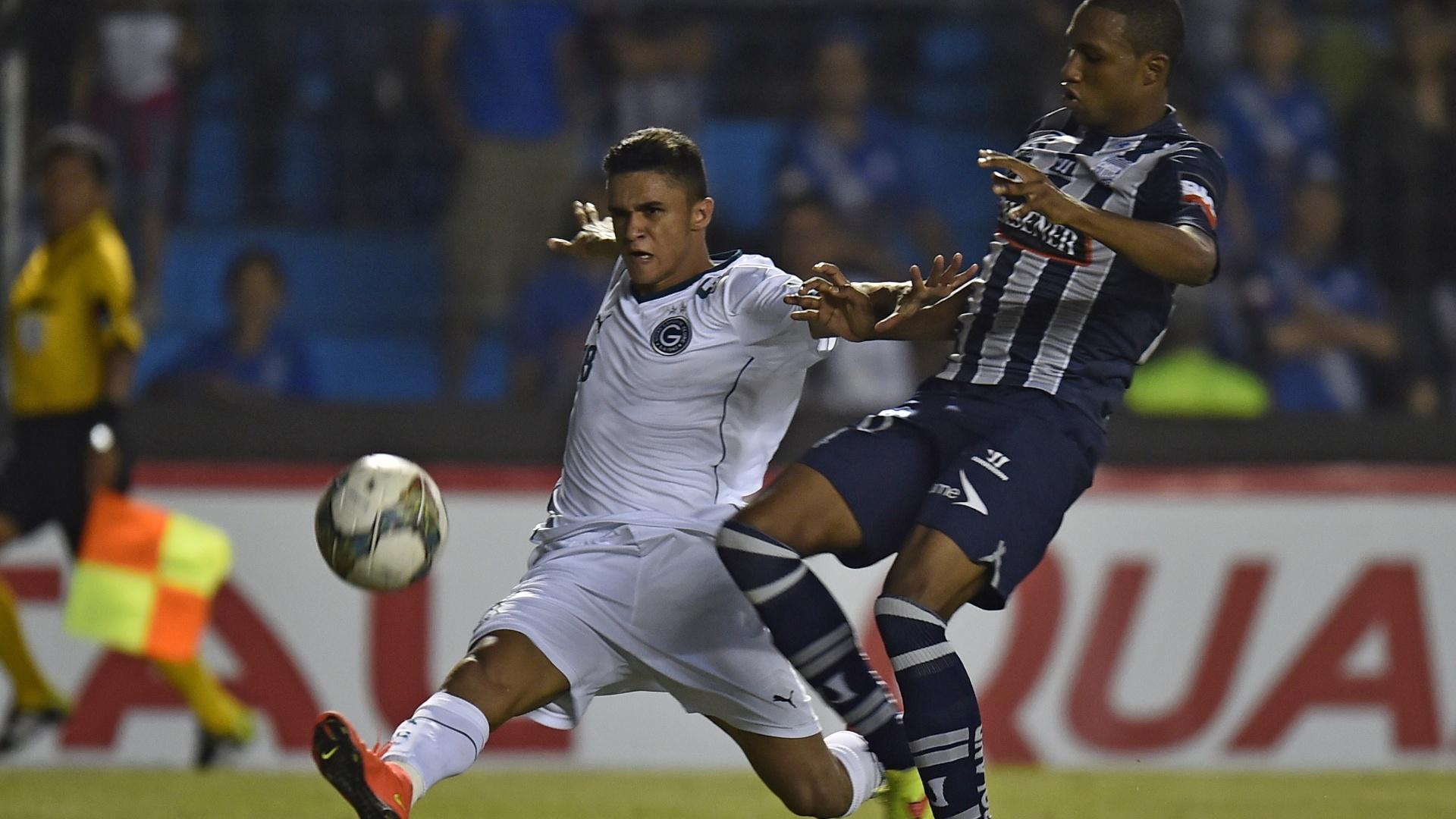 Erik Lima, do Goiás, briga pela bola com Jordan Andresm do Emelec, em partida pela Sul-Americana