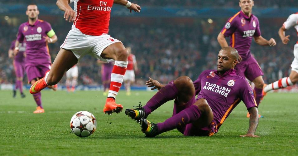 Felipe Melo dá carrinho em Alexis Sanchez durante jogo entre Galatasaray e Arsenal