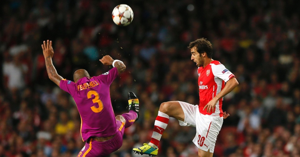 Felipe Melo (lilás) disputa bola com Flamini durante a partida entre Galatasaray e Arsenal