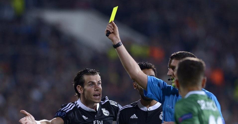 Gareth Bale reclama do cartão amarelo durante o jogo do Real Madrid na Liga dos Campeões