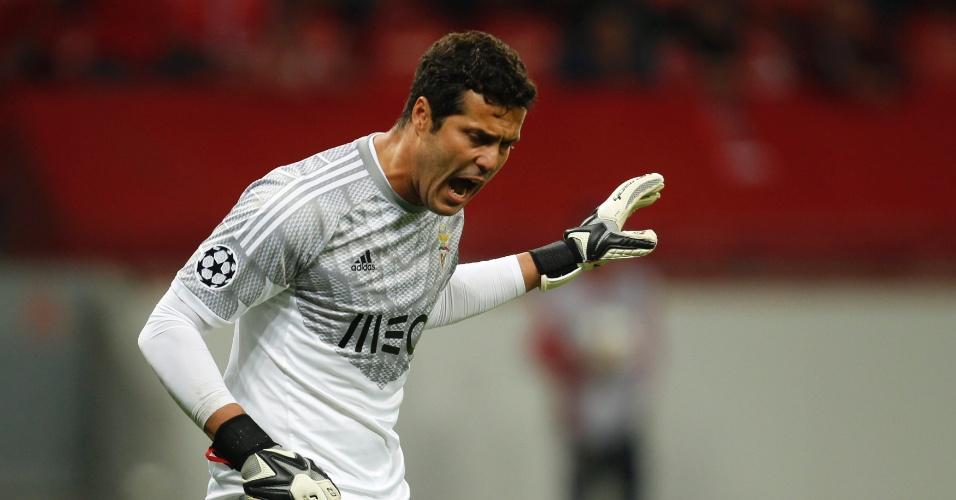 Júlio César grita durante jogo do Benfica na Liga dos Campeões