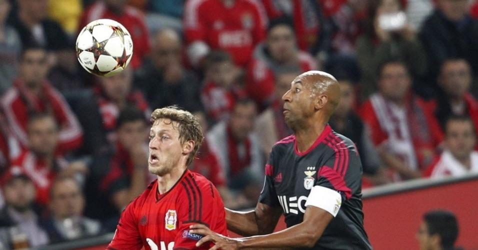 Kiessling (esquerda) disputa bola com o zagueiro brasileiro Luisão
