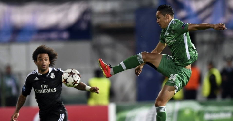Marcelo disputa bola com Marcelinho