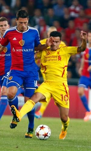 Philippe Coutinho (amarelo) disputa bola com Fabian Schar durante o jogo entre Basel e Liverpool