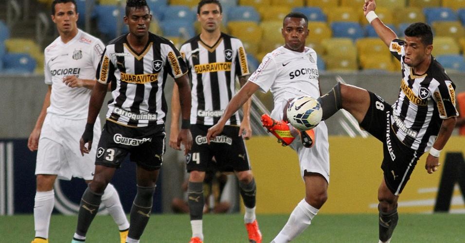 Robinho, autor do 1° gol do Santos, disputa bola com Rogério, do Botafogo