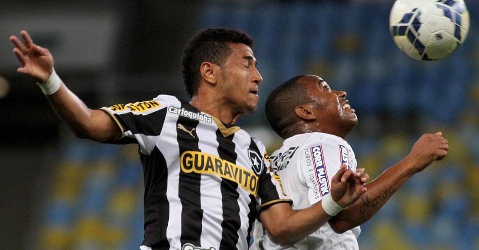 Robinho disputa bola pelo alto com jogador do Botafogo