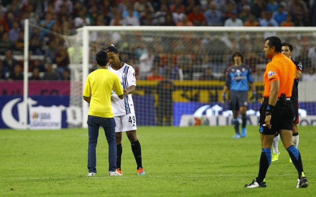 Ronaldinho Gaúcho concede autógrafo durante a partida do Querétaro contra o Atlas