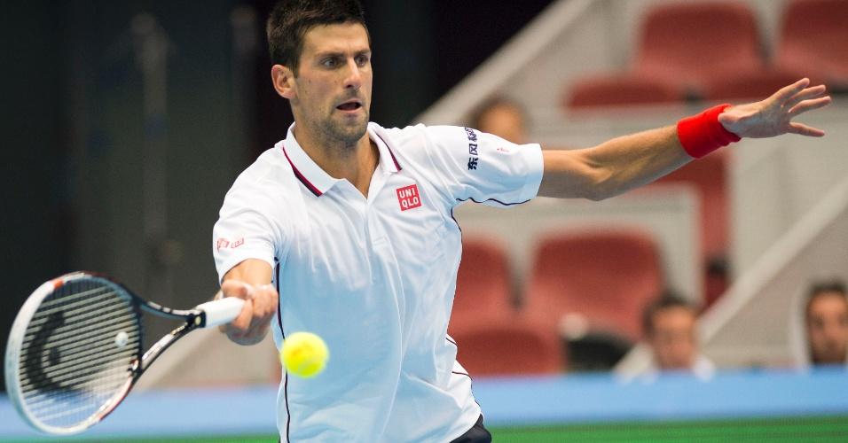 03. out. 2014 - Djokovic rebate bola de Dimitriv na partida válida pelas quartas de final do Aberto da China