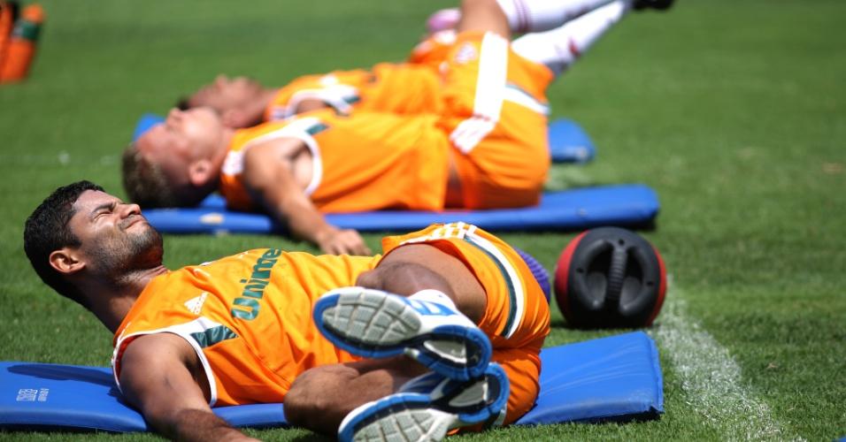 03 out. 2014 - Zagueiro Gum participa de aquecimento ao lado dos jogadores do Fluminense, nas Laranjeiras