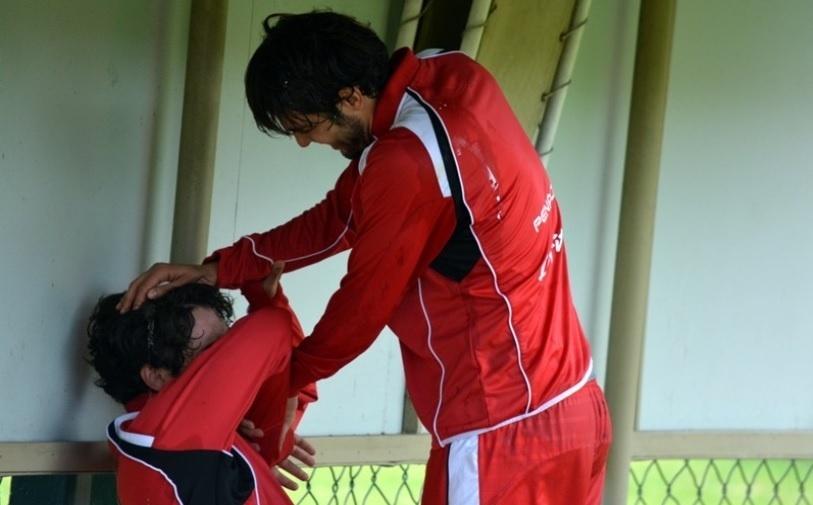 Kaká quebra ovo na cabeça de Alexandre Pato durante treino do São Paulo