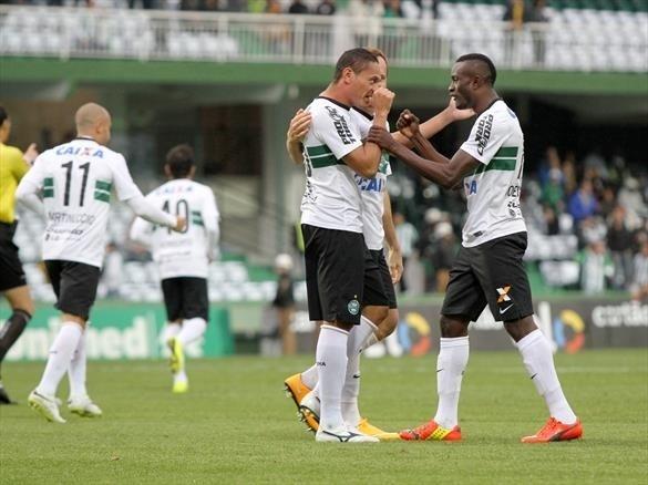 04.out.2014 - Jogadores do Coritiba comemoram gol da vitória, marcado por Helder
