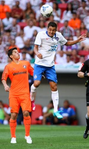 04.out.2014 - Bahia se defende dos ataques do Fluminense