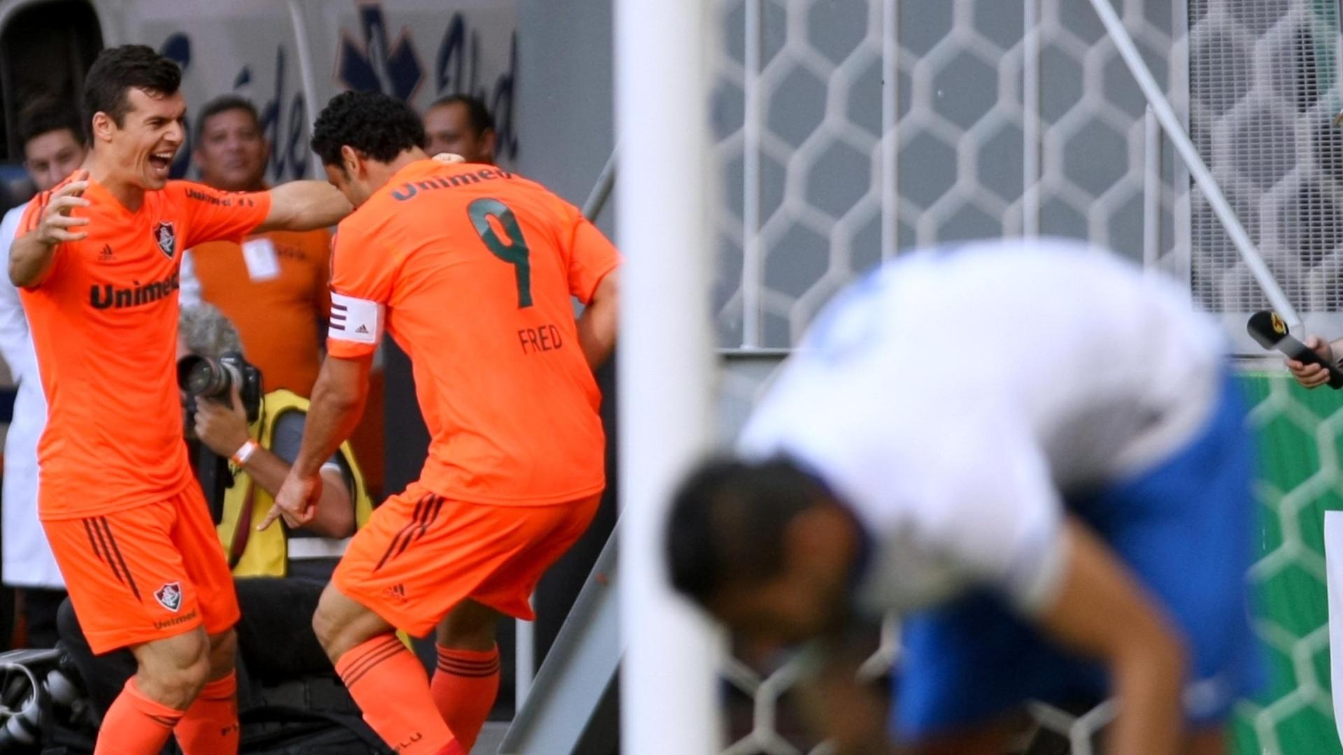 04.out.2014 - Fred comemora gol ao lado do meia Wagner