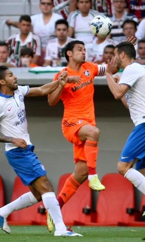 04.out.2014 - Fred tenta passar pela marcação do Bahia