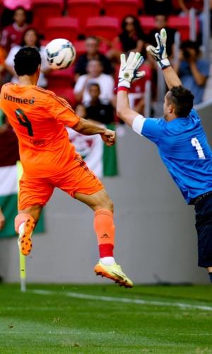 04.out.2014 - Goleiro Marcelo Lomba tenta defender a cabeçada de Fred