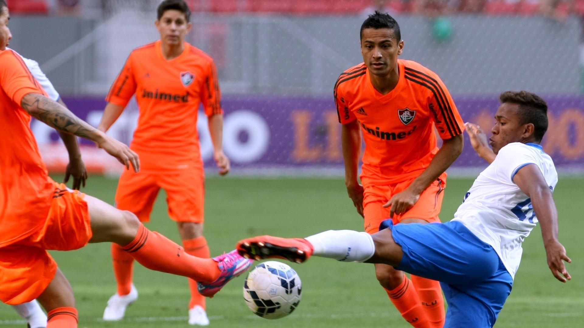 04.out.2014 - Jogadores de Fluminense e Bahia dividem bola em campo
