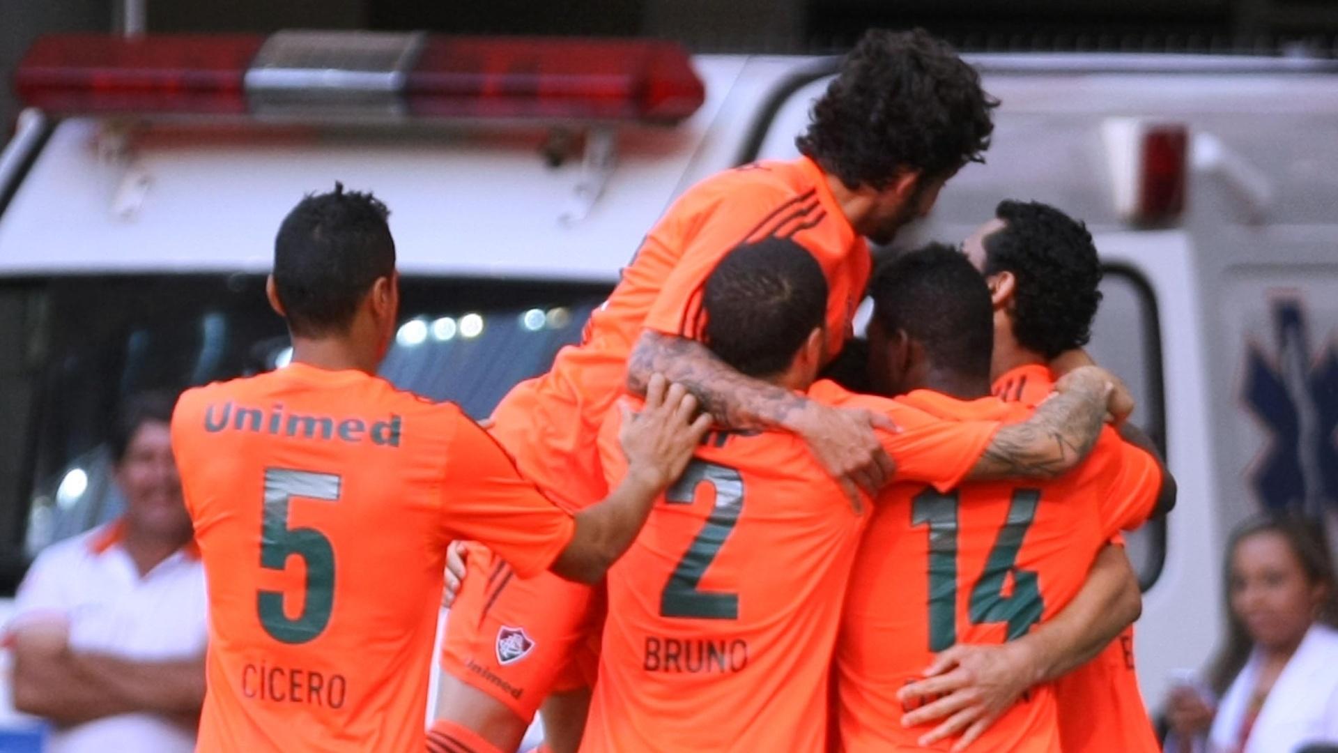 04.out.2014 - Jogadores do Fluminense comemoram gol do atacante Fred