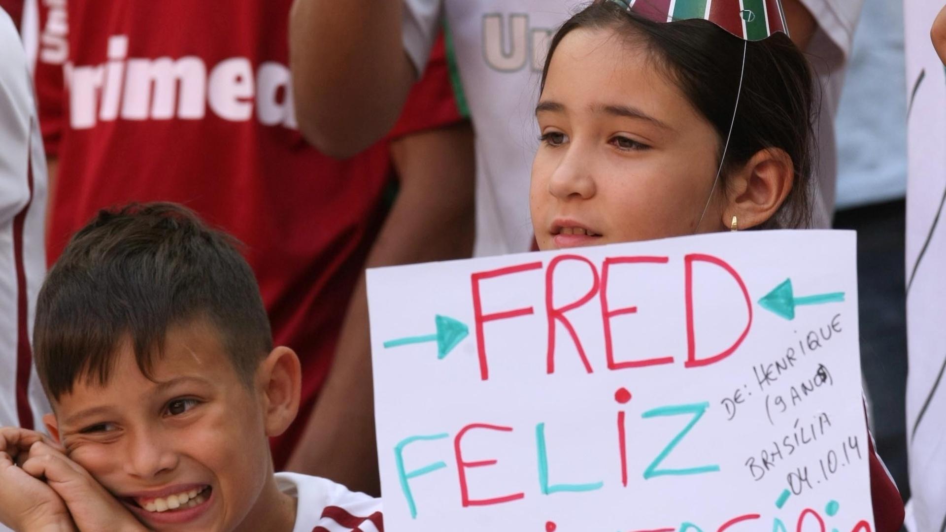 04.out.2014 - Torcedora do Fluminense parabeniza Fred, que completou 31 anos em 3 de outubro
