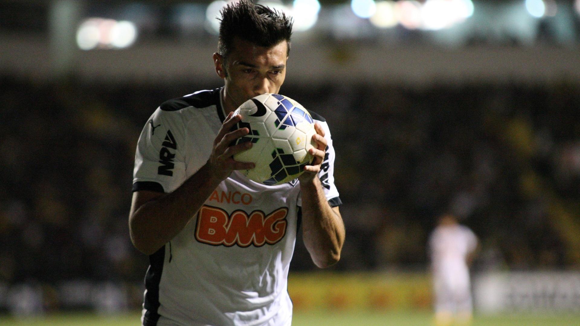 Argentino Datolo beija a bola durante derrota para o Criciúma